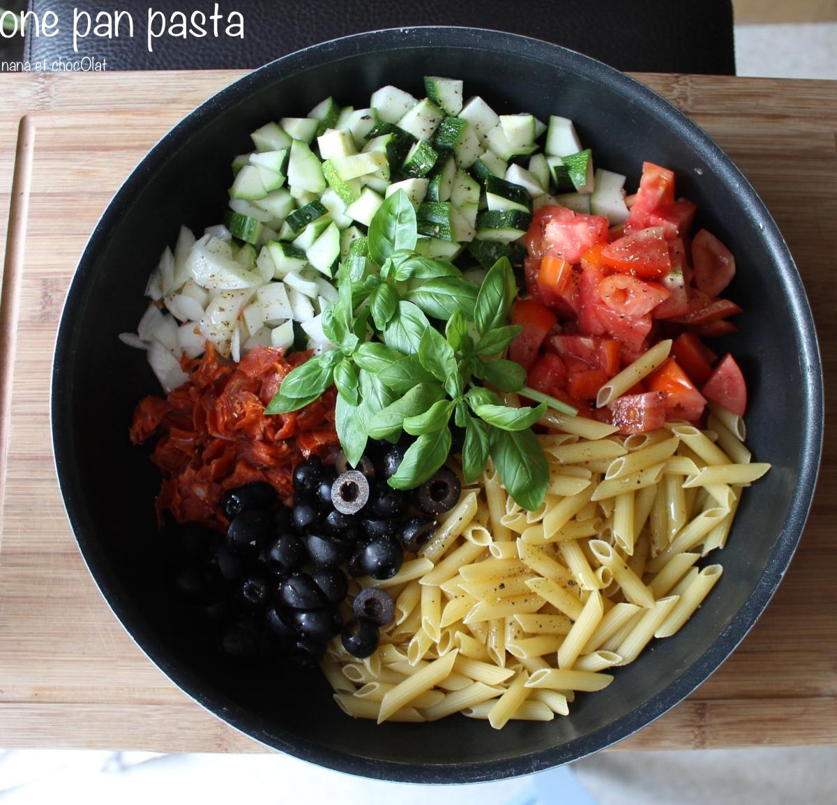 One pot pasta , penne aux chorizo, olives noires et courgettes