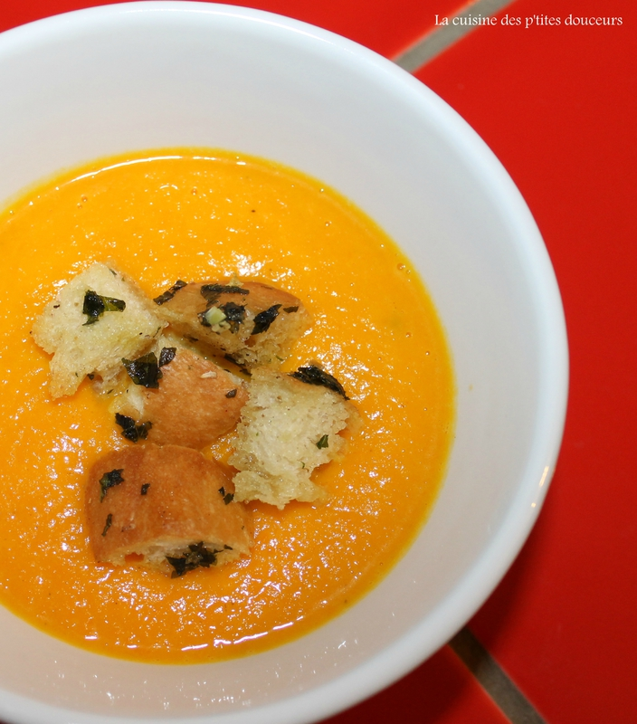 Velouté de potimarron et carotte à l'orange, croûtons à l'ail et aupersil