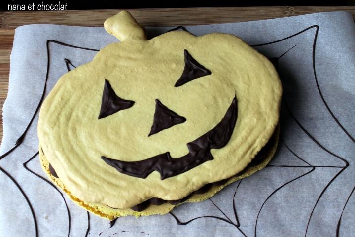 Macaron «citrouille», ( ganache au chocolat noir, amandes grillées et caramel) pourHalloween