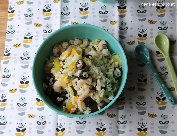 Salade de riz aux légumes grillés,  petites crevettes et olivesnoires