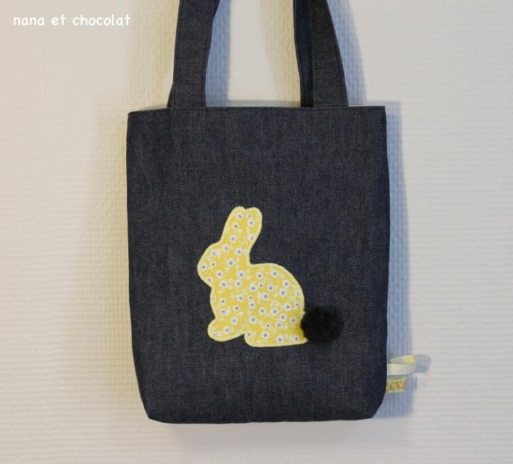 Tote bag pour enfant, spécial Chasse aux Oeufs de Pâques  ( + faire des minis pompons en laine avec une fourchette enimages)