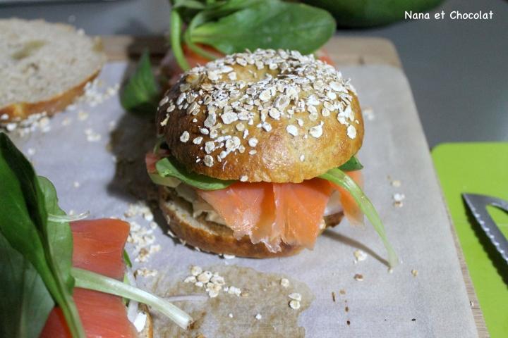 Bagels à l'avoine, garnis de saumon, fromage frais etavocat