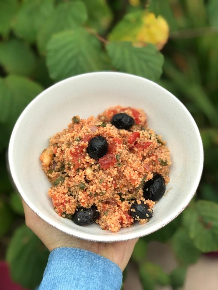 Semoule à la tomate, olives etépinards
